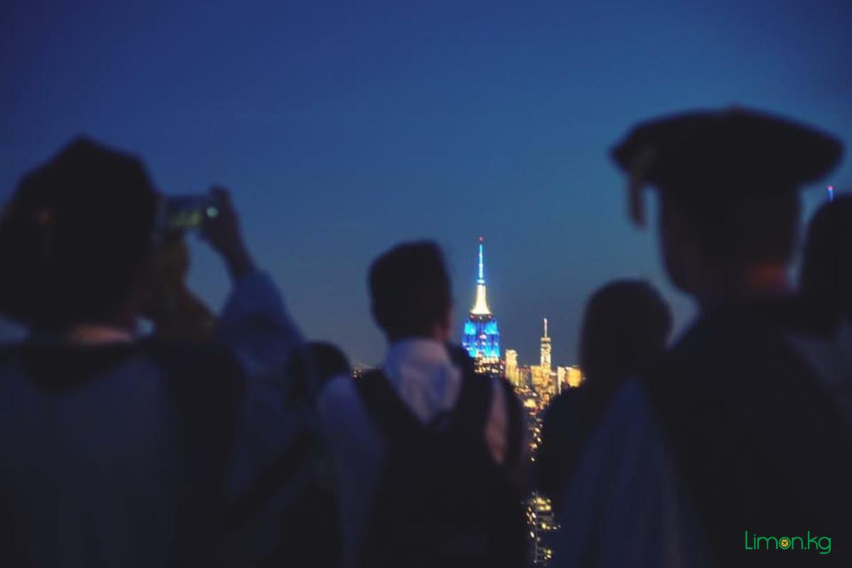 Empire State Building был окрашен в голубой цвет в честь выпускного Колумбийского университета