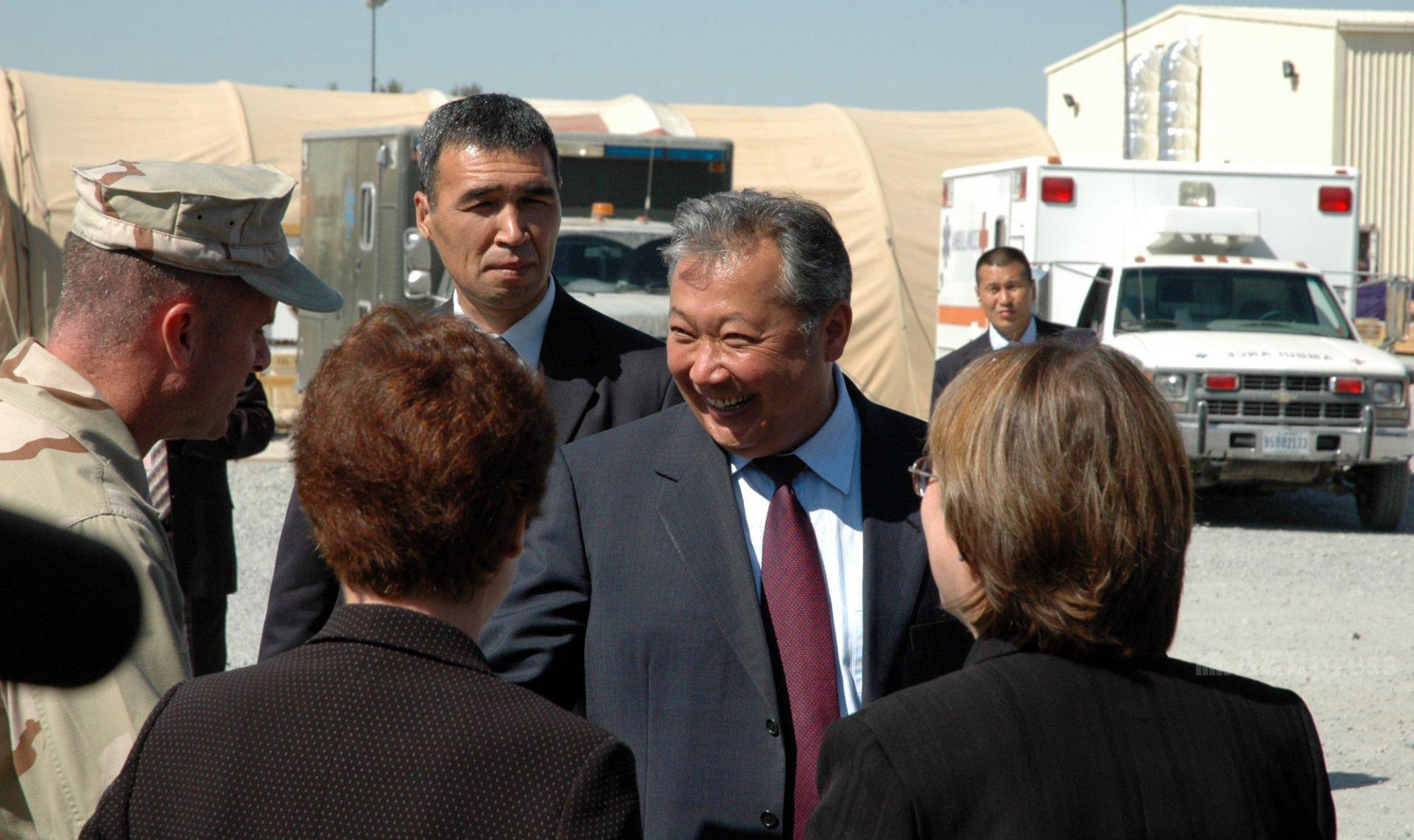 Курманбек Бакиев во время посещения авиабазы «Манас»