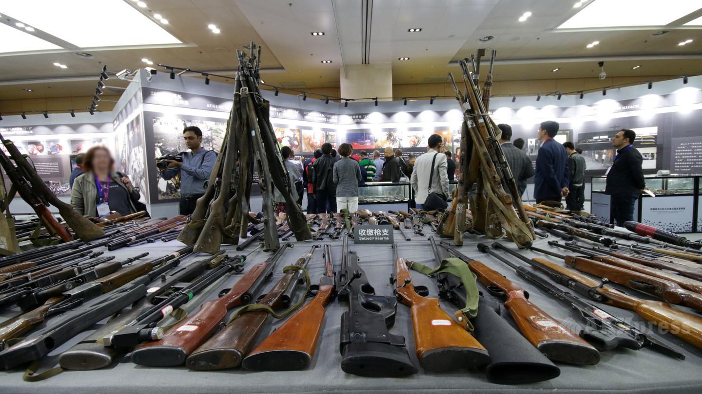 Оружие, изъятое у экстремистов, теперь является экспонатом на выставке «Крупные случаи насилия и террора в СУАР», Урумчи.