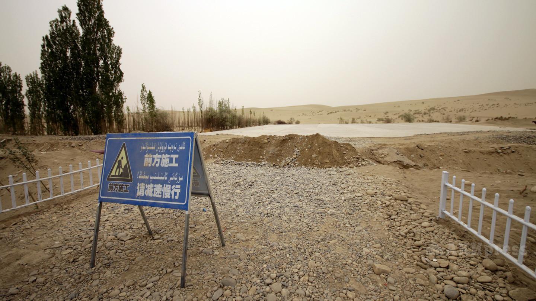 Окраины пустыни Такла-Макан в округе Хотан, активно осваиваемые в рамках программы по освоению земель и озеленению территорий.