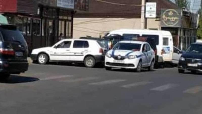 Сотрудникам патрульной милиции, которые неправильно припарковались возле Орто-сайского рынка, вынесено предупреждение