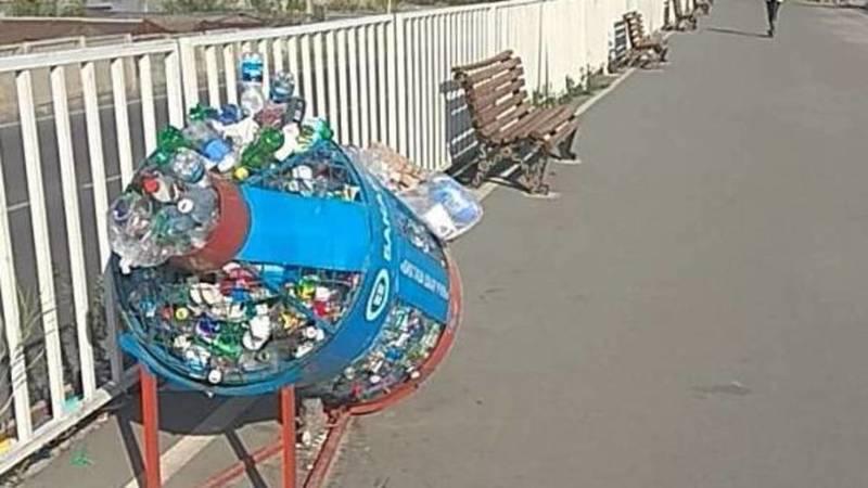 На Южной магистрали мусоросборники забиты бутылками, - горожанка