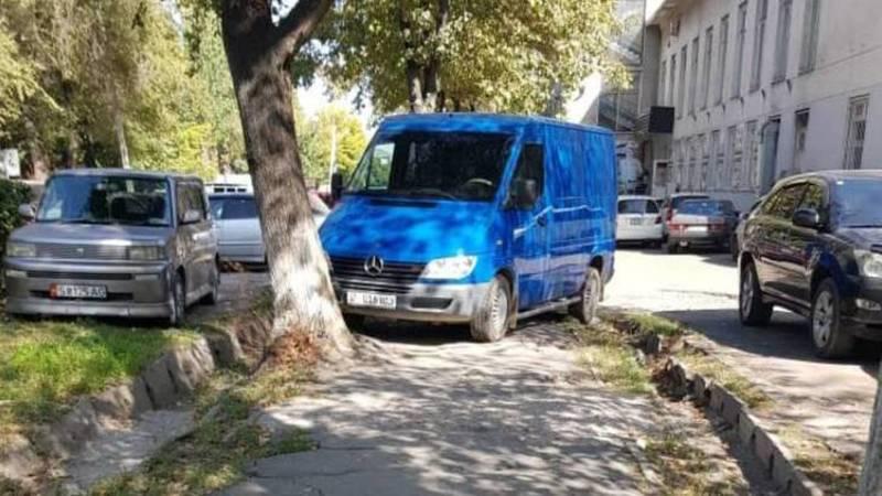 На ул.Орозбекова бус «Мерседес» со штрафами на 13,5 тыс. сомов припаркован на тротуаре