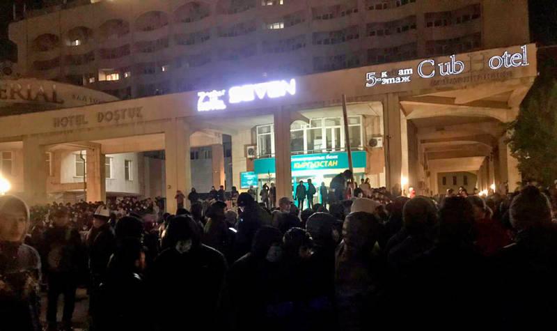 В районе отеля «Достук» слышны звуки, похожие на выстрелы, - жители