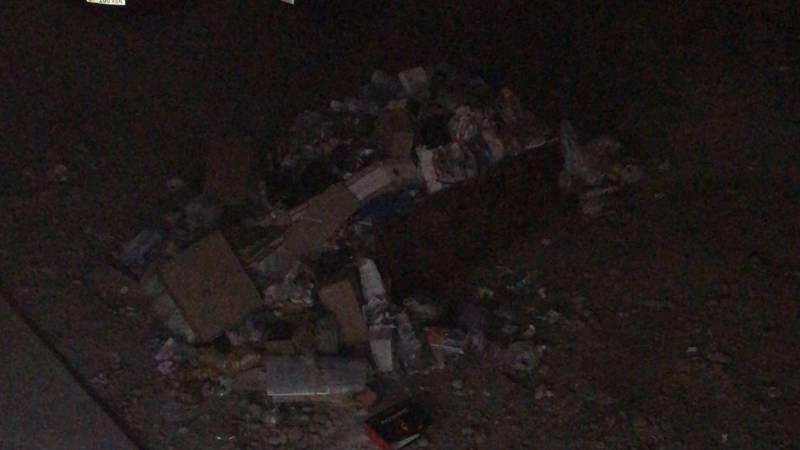 В жилмассиве Кок-Жар у входа в жилой дом лежит гора мусора, - горожанин