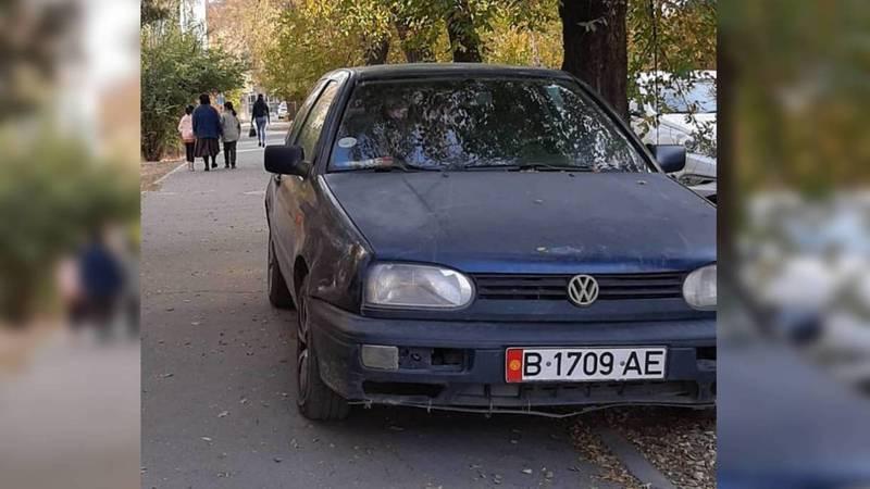 На пересечении Суеркулова-Абая водитель припарковался на тротуаре. Фото