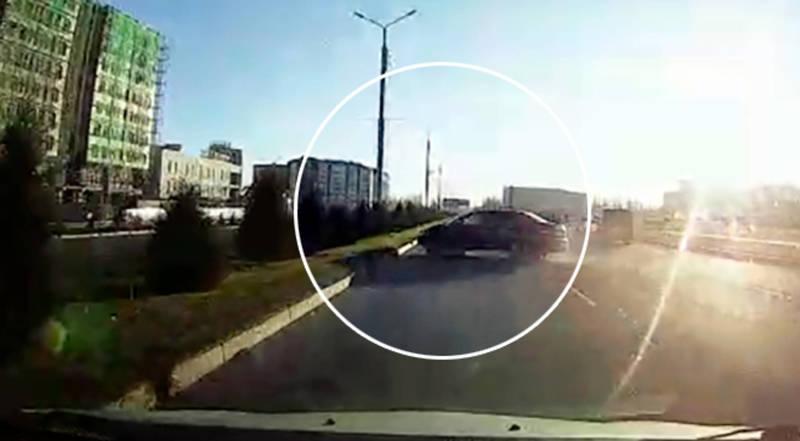 Автомашина врезалась в столб на Южной магистрали. Момент ДТП попал на видео