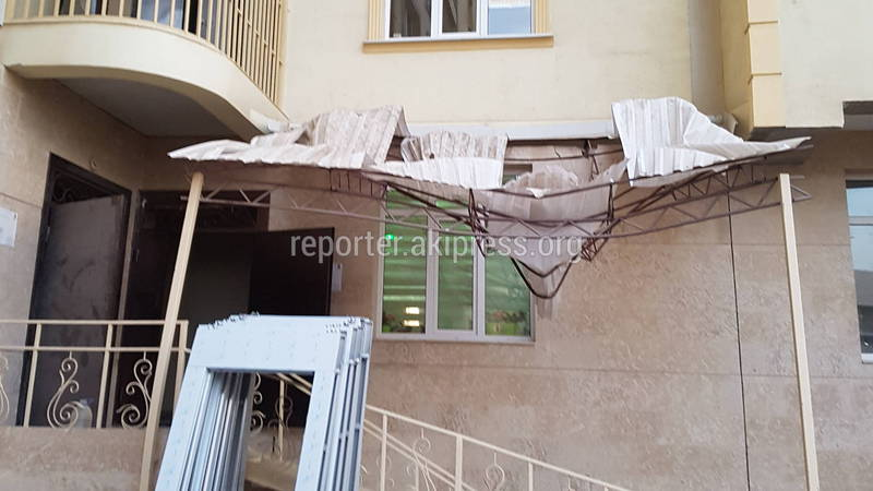 С крыши многоэтажного дома в Кок-Жаре сорвался рабочий