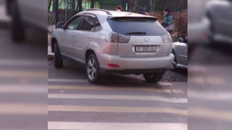 На Московской-Гоголя «Лексуса» припарковали на «зебре» возле школы