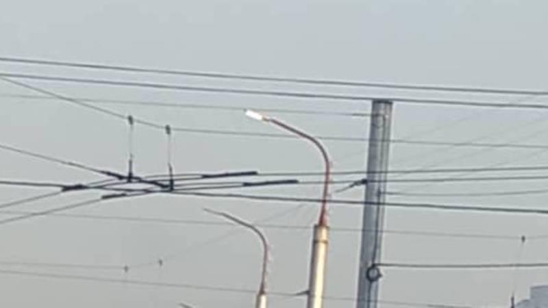 Почему на улице Ахунбаева в Джале днем постоянно горит уличное освещение?