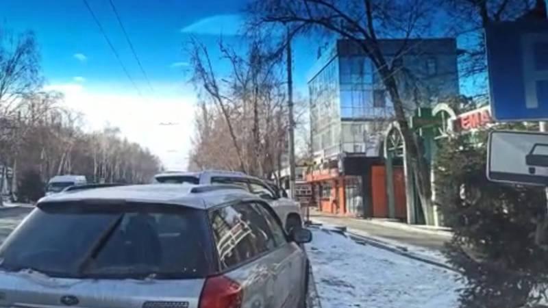 В Бишкеке инспектор бездействовал в отношении нарушителей ПДД, - горожанин