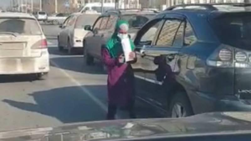 На улицах Бишкека попрошайничают на проезжей части дороги, создавая аварийную ситуацию. Видео