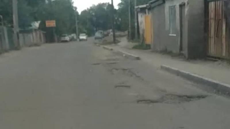 Горожанка Аида жалуется на состояние дороги по ул.Буденного. Видео