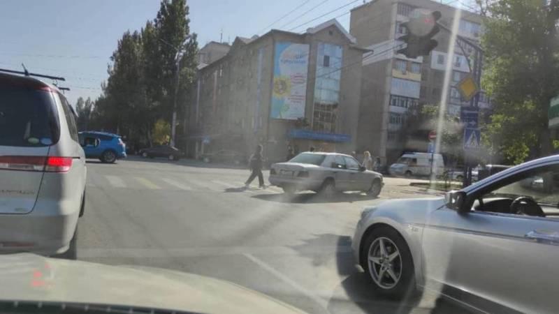 Горожанин припарковал свой «Мерседес» на пешеходном переходе. Фото