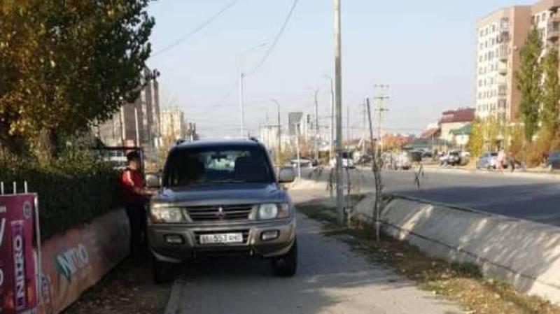 Два джипа припаркованы на тротуаре по Тыналиева. Фото