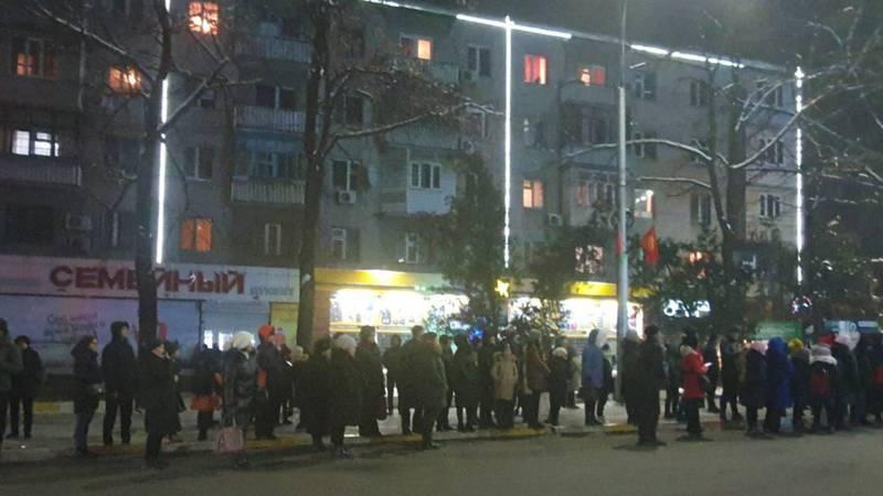 Бишкекчане часами стояли на остановках, ожидая общественный транспорт