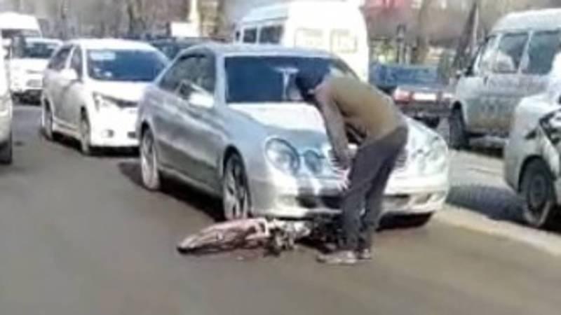 Видео — На улице Асаналиева сбили велосипедиста