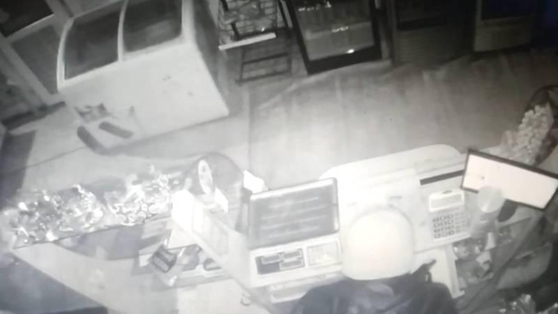 В новогоднюю ночь в Бишкеке ограбили магазин на крупную сумму, подозреваемый попал на камеру видеонаблюдения. Видео