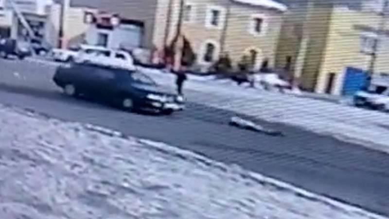 Машина насмерть сбила девочку, которая перебегала дорогу. Момент ДТП попал на камеру видеонаблюдения