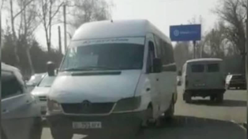 На ул.Абдрахманова водитель маршрутки №225 выехал на встречную полосу. Видео