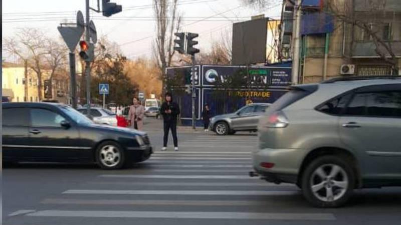 На Московской-Ибраимова пешеходы не успевают переходить дорогу из-за «быстрого» светофора. Фото