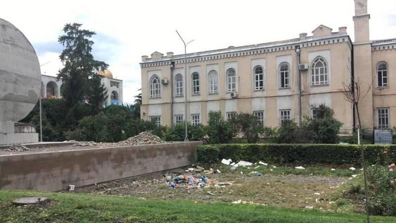 Горожанин жалуется на мусор в центре города. Фото