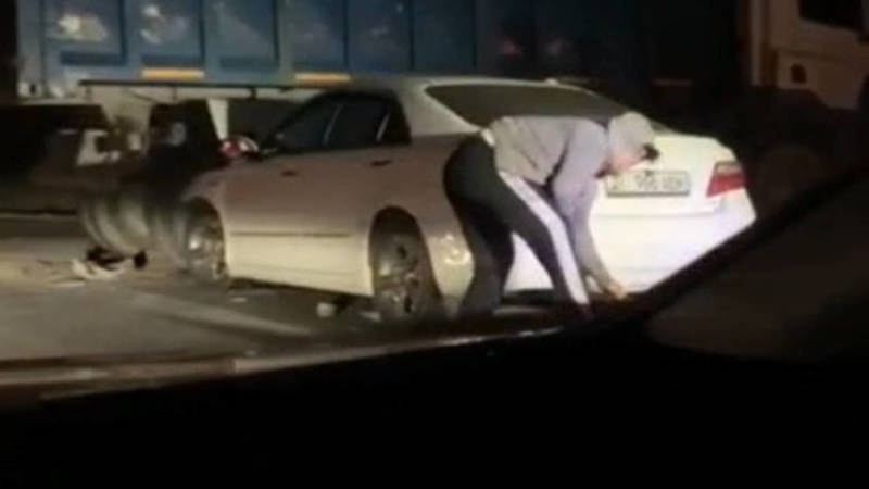 На объездной «Тойота» врезалась в грузовик. Видео с места аварии