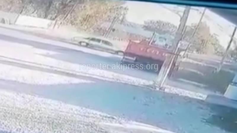 В Узгене «Нексия» залетела под КамАЗ. Видео
