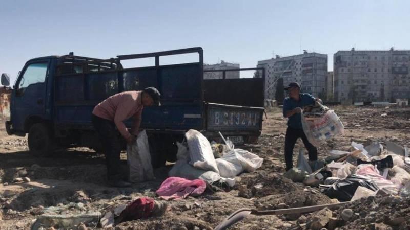 Охранник, пропустивший ЗиЛ для выгрузки мусора в карьер в 11 мкр, был уволен. В наказание его заставили собрать мусор вручную