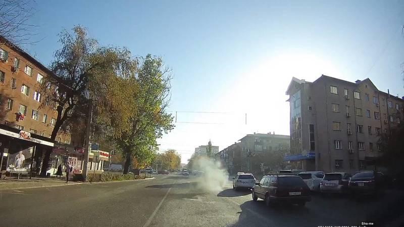 По Бишкеку разъезжает транспортное средство с неисправной выхлопной системой. Видео