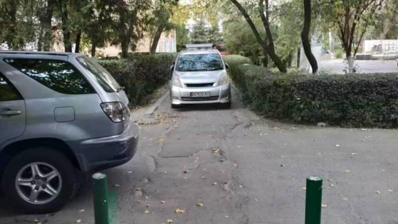 Возле Нацгоспиталя водители паркуются на тротуаре
