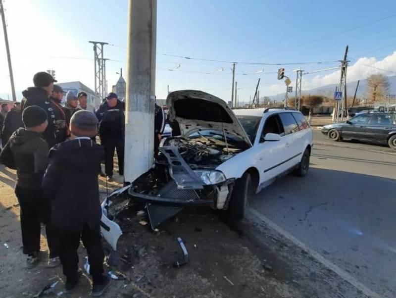 В Балыкчы машина врезалась в столб
