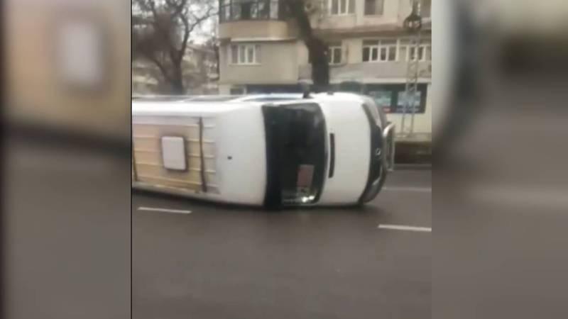 На ул.Московской в результате ДТП перевернулась маршрутка. Есть пострадавшие. Видео, фото