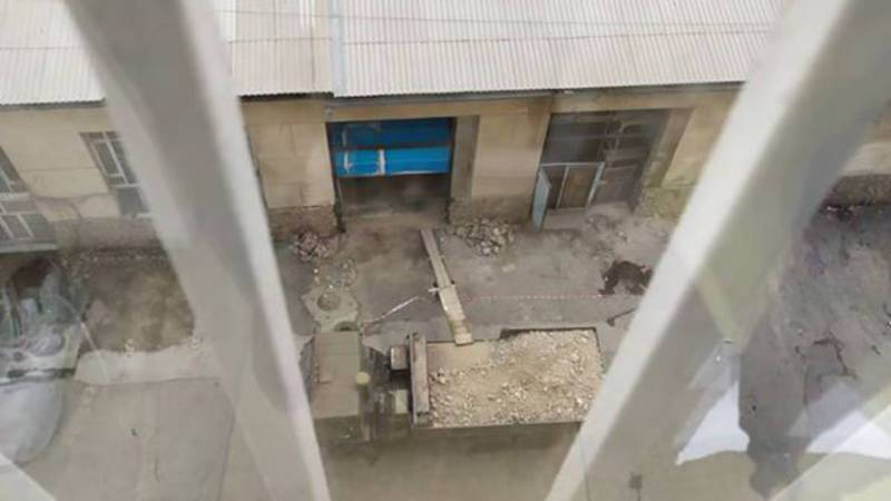 Бишкекчанка жалуется на строительство автосервиса рядом с многоэтажным домом. Фото