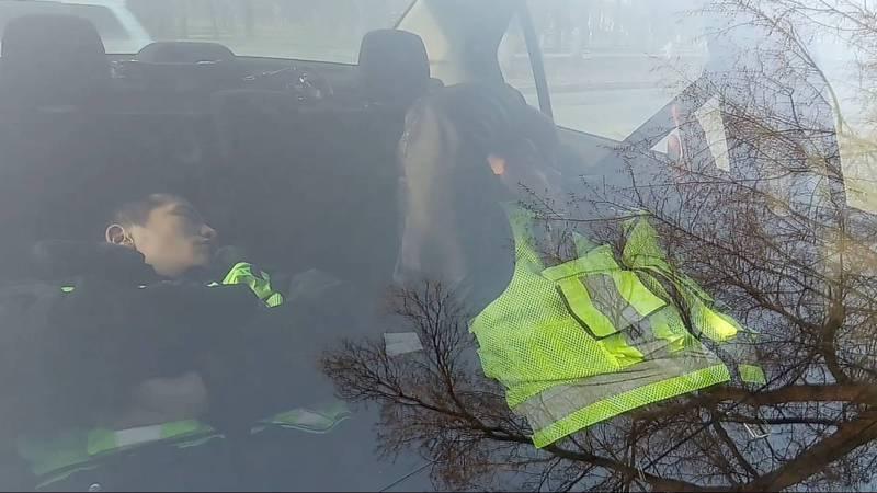 Бишкекчанин заснял на видео спящих во время службы в машине сотрудников Патрульной милиции. Видео, фото