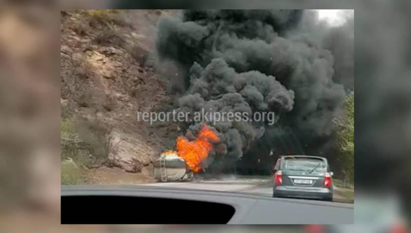 На трассе Бишкек—Ош загорелся еще один бензовоз. Видео