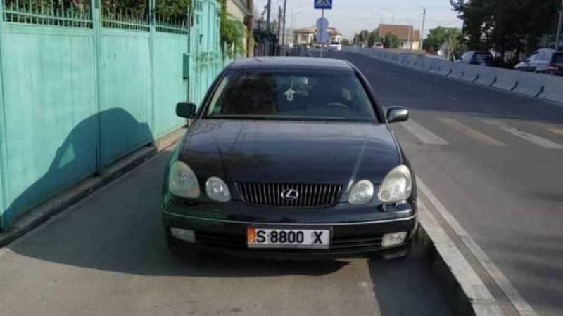 Водитель припарковал свой Lexus на тротуаре. Фото очевидца