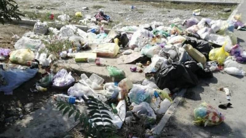 В жилмассиве Кара-Жыгач возле школы несколько месяцев не убирают мусор, - местный житель