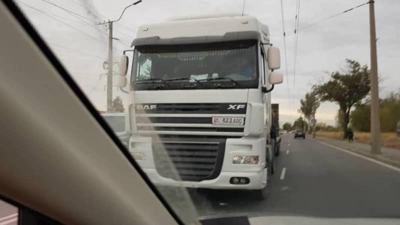 На ул. Анкара грузовик объезжал пробку по встречной полосе (фото)