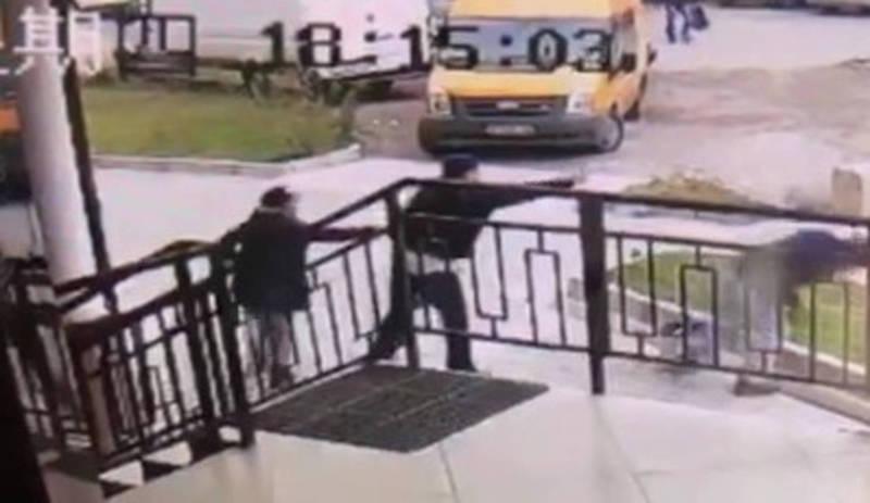Видео — Мужчина распылил газовый баллончик в глаза садовника