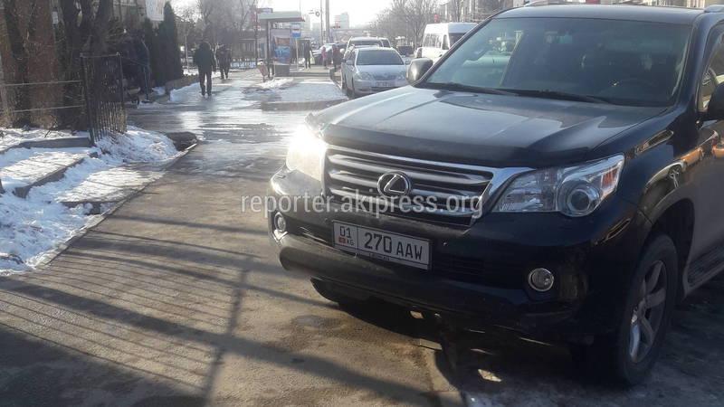 В микрорайоне №5 на улице Суеркулова водитель «Тойоты» припарковался заехав на тротуар (фото)