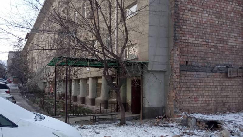 После сноса «Кыргызполиграфкомбината» наружная часть здания представляет опасность для людей, - бишкекчанин