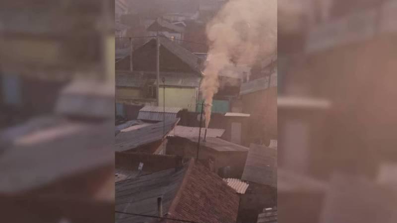 Житель мкр Восток-5 жалуется на дым и неприятный запах со стороны частного дома. Видео, фото