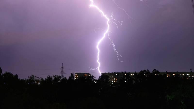 Молнии в небе над Бишкеком. Фото горожан