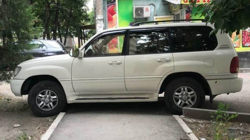 Владелец Lexus LX 470, припарковавшийся на тротуаре, оштрафован на 1000 сомов, - УПСМ