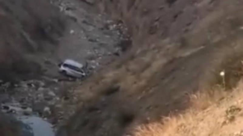 Автомобиль упал в обрыв в селе Бел-Орук. Видео