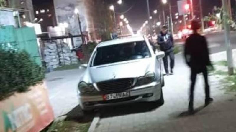 В Джале водитель припарковал свой «Мерседес» на тротуаре