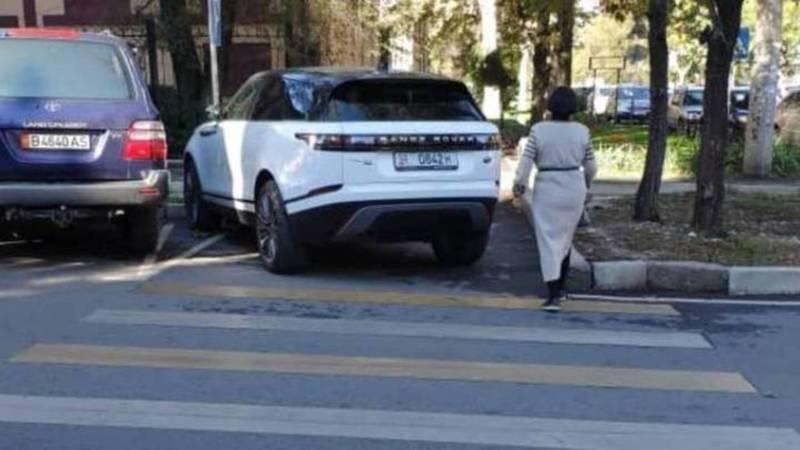 На водителя Range Rover, припаркованного в неположенном месте, составлен протокол