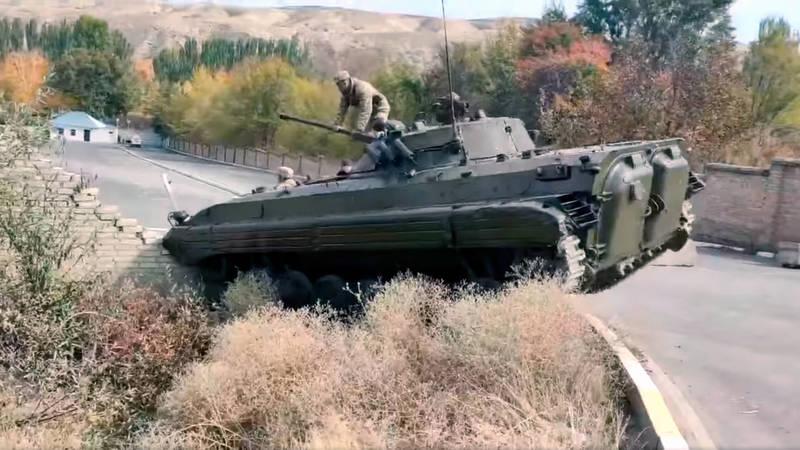 БМП протаранил забор госрезиденции Ала-Арча. Видео
