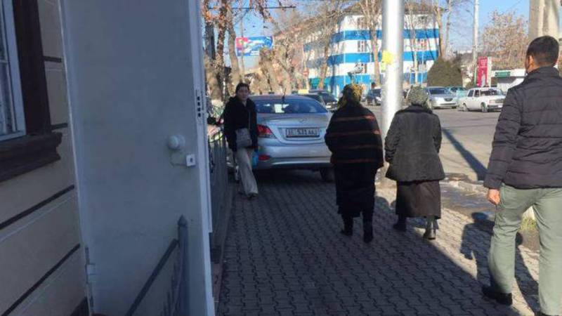 На улице Курманжан Датки машина ехала по тротуару. Фото